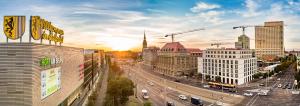 Blick auf den Sonnenuntergang vor Leipzigs Skyline.