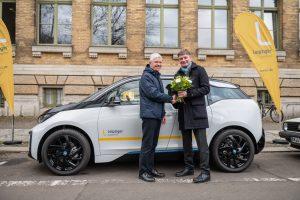 Johannes Kleinsorg, Geschäftsführer der Stadtwerke, übergibt den E-BMW an Gewinner Frank Illing (von rechts).