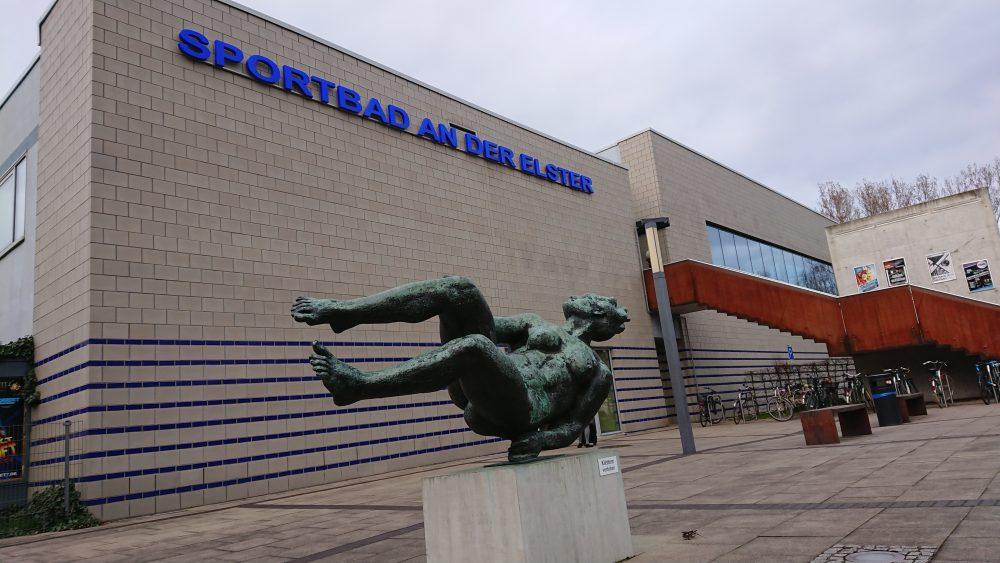 """Skulptur """"Die Schwimmerin"""" vor dem Sportbad an der Elster."""
