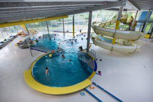 Neben einem Sportbecken verfügt die Grünauer Welle auch über einen Freizeitbereich mit diversen Flachwasserbecken und einer Rutsche.