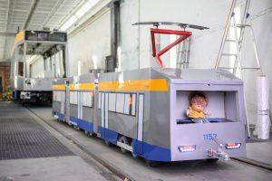 Original und Mini-Tram: Beide wurden in der LVB-Hauptwerkstatt in Heiterblick lackiert.