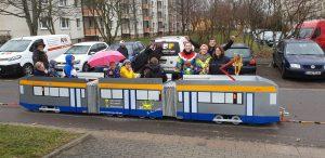 Gefeierte Präsentation: Beim Faschingsumzug in Kitzscher im März 2019 präsentierte das Team ihre Mini-Tram.