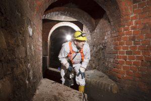 Kanalbegehungen gehören zum Tagesgeschäft: Sven Lietzmann überprüft die unterirdischen Bauwerke.