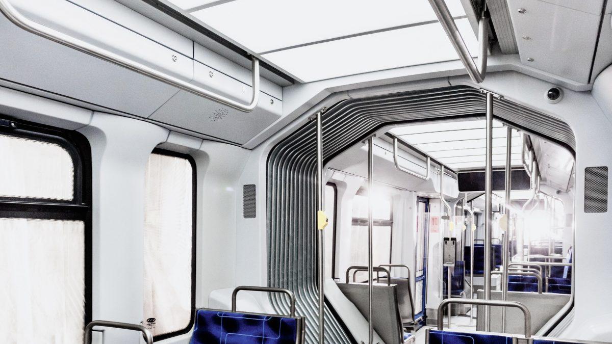 In der neuen XL-Straßenbahn der Verkehrsbetriebe ist die komplette Decke ganz bewusst mit sogenannten Flächenleuchten versehen, um für angenehme Helligkeit und für ein großzügiges Raumgefühl zu sorgen. Die Leipziger Firma SBF stellte dafür maßgefertigte Flächenleuchten mit integrierter, moderner LED-Technik her. Sie tauchen das Innere der Straßenbahn in ein anregendes und automatisch gesteuertes Lichtmeer.