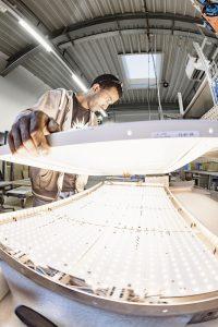 """Jeder Auftrag stellt die """"Denkfabrik"""" des Unternehmens vor neue Herausforderungen, bei deren Lösung eigene Ideen einfließen und den Ingenieuren buchstäblich immer wieder ein Licht aufgeht. Der Bedarf an moderner Lichttechnik ist in den letzten Jahren deutlich angestiegen – national."""