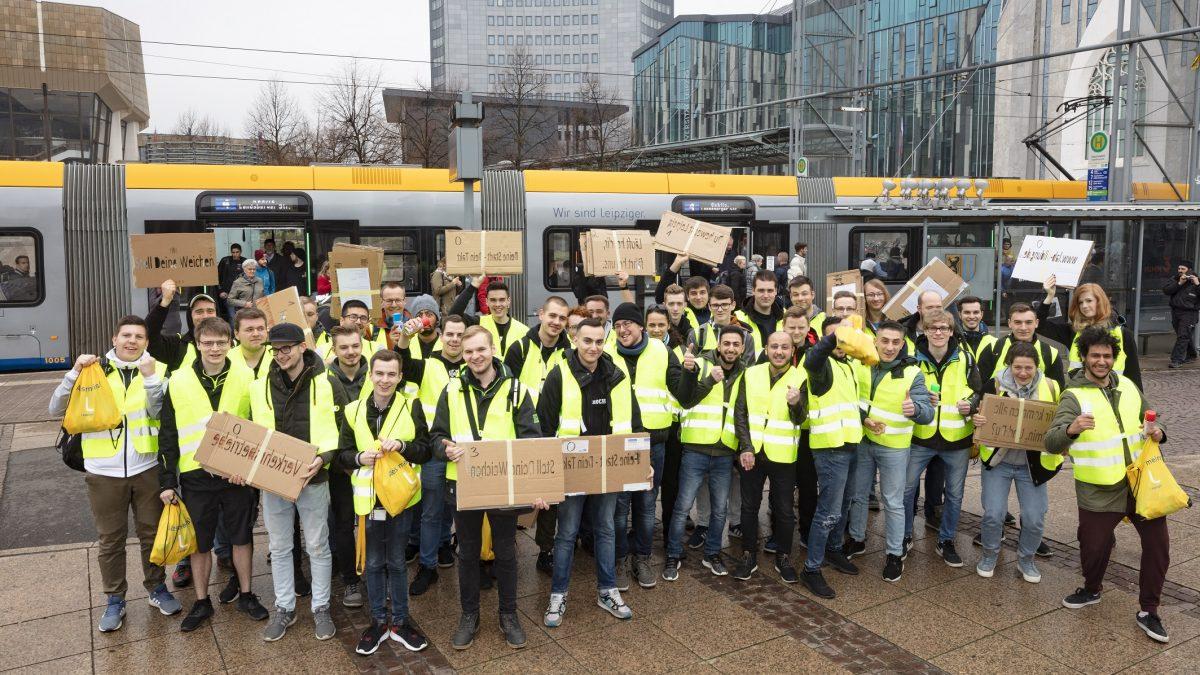 Bunte Truppe: 40 Auszubildende der LVB auf dem Augustusplatz