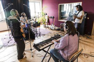 Musiker beim Einspielen im Studio