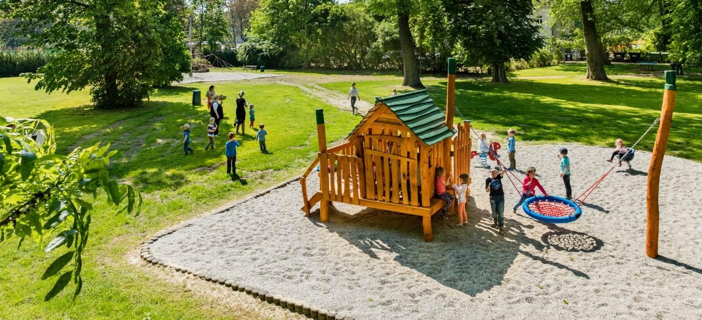 Schreberbad: Auf der weitläufigen Grünfläche hinter dem Haupthaus versteckt sich ein Kinderspielplatz.