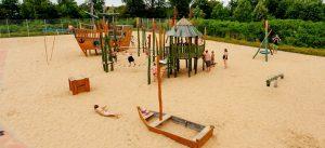 Sommerbad Schönefeld: Hier gibt es einen großen Abenteuerspielplatz.