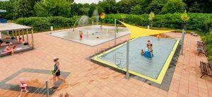 Sommerbad Schönefeld: Ungewöhnlich in der Region ist der Wasserspielplatz. Im sogenannten Splashpad gibt es etliche Wasserfontänen.