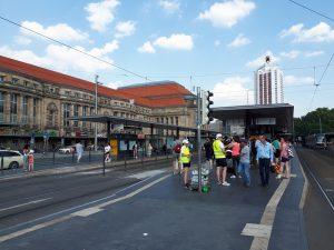Auf der Haltestelle Hauptbahnhof verteilen die Leipziger Verkehrsbetriebe Getränke an Kunden