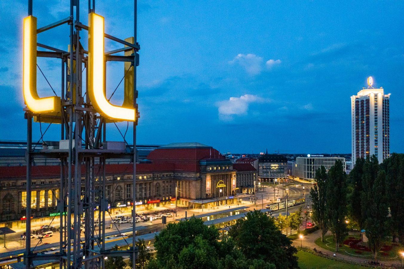 Blick auf den Leipziger Hauptbahnhof mit L-Logo der Leipziger Gruppe und Leipziger Verkehrsbetriebe