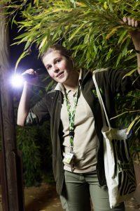 Tierpflegerin Andrea Denick auf der abendlichen Tour durch die geheimnisvolle Tierwelt.