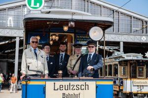 Ehrenamtliche Vereinsmitglieder auf einer historischen Bahn