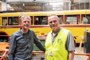Die zwei Vereinsvorsitzenden vor einem historischen Bus