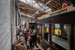 Blick ins Museums mit historischen Bahnen