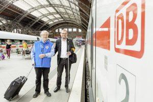 Für viele Reisende eine Stütze, aber Carlo Arena (li.) sorgt auch dafür, dass der Bahnhof für niemanden eine Endstation sein muss.