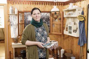 Die Museumsleiterin steht in der Ausstellung.