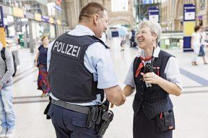 Bundespolizist Mirko Binner kann leider nicht immer so entspannt bleiben wie beim Schnack mit dem Bahnpersonal.