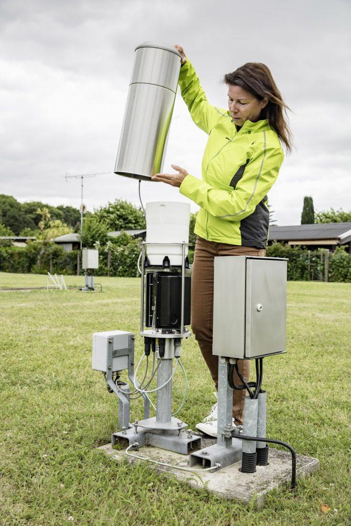 Eine Mitarbeiterin des Deutschen Wetterdienstes an einer Regenmessstation