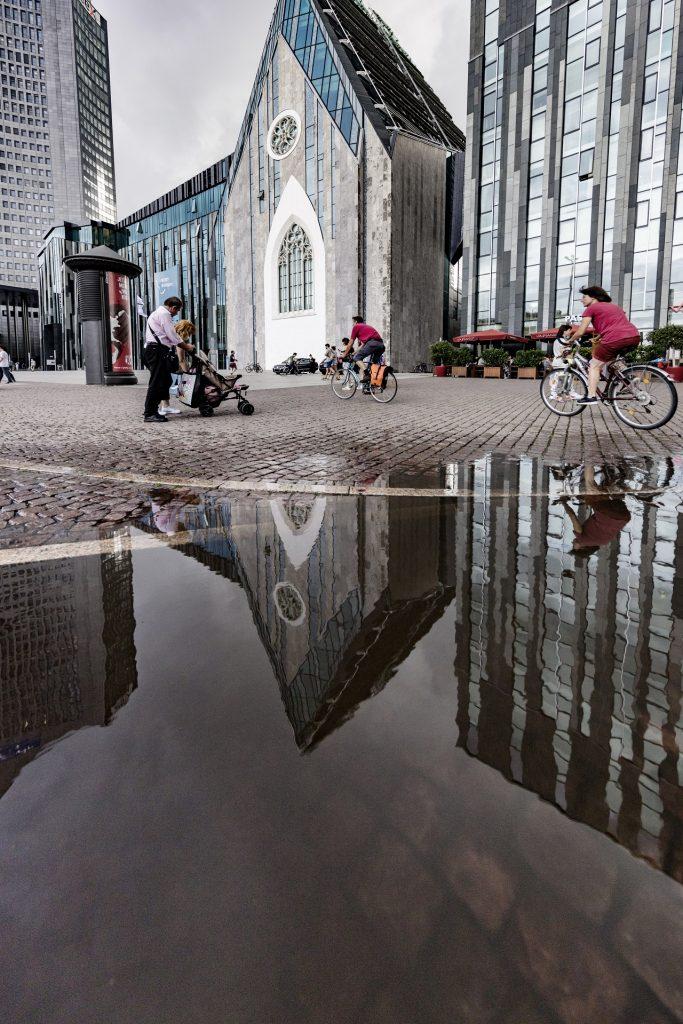 Blick auf den Augustusplatz mit Spiegelung in einer Pfütze