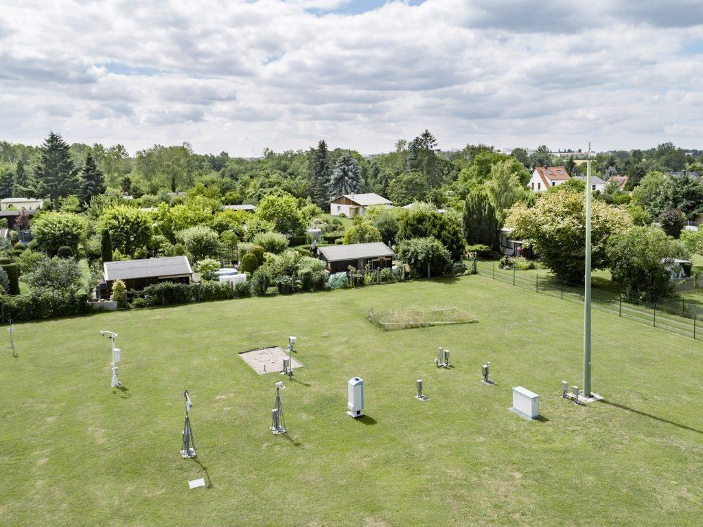 Blick auf das Gelände des Deutschen Wetterdienstes mit verschiedenen Messanlagen