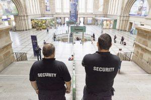 Breite Schultern gehören zur Grundausstattung der Sicherheitsleute Herr M. und Herr W.