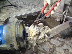 Ein Zopf aus Feuchttüchern muss aufwendig aus einer Pumpe geholt werden.