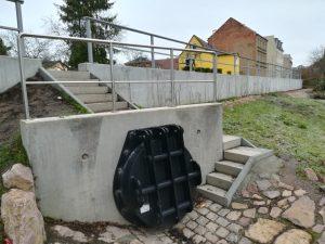 Ein Regenüberlauf der Leipziger Wasserwerke: Bei Starkregen öffnet das aus dem Kanal kommende Wasser die Rückstauklappe und das Wasser kann aus dem Kanal entweichen.