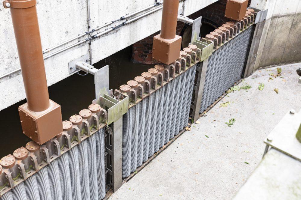 Blick ins Steuerbauwerk: Kann das Wasser bei Regen nicht mehr im Kanal gespeichert werden, fließt das Wasser über die Scheibenrechen im Steuerbauwerk ab ins Gewässer.