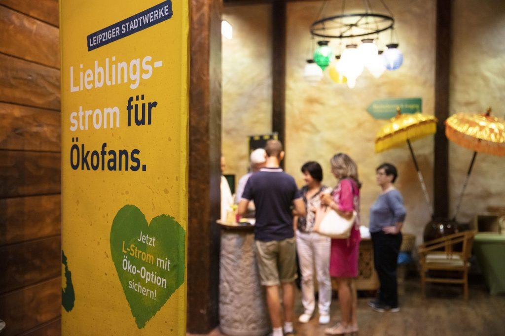 Besucher informieren sich am Stand der Leipziger Stadtwerke