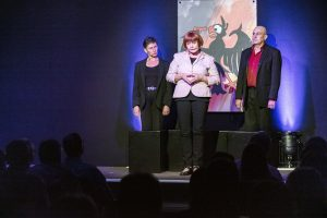Auf der Bühne stehen die Kabarettisten der Leipziger Funzel