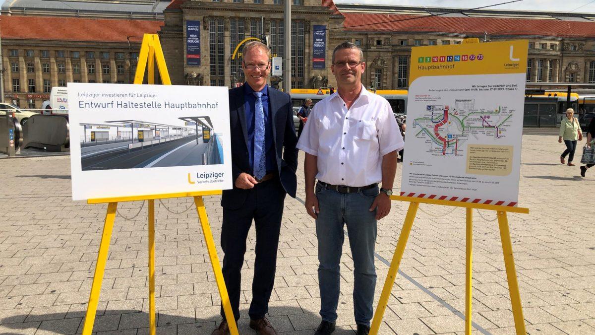 Vor dem Hauptbahnhof erläutern LVB-Kollegen der Presse die Arbeiten an der Haltestelle und im Umfeld.