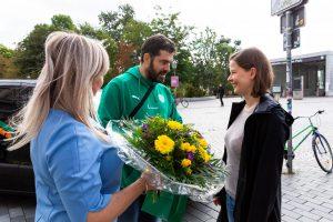 Sandy Brachmann (LVB) und SC-DHfK-Handball-Geschäftsführer Karsten Günther begrüßen Sabrina Desens als neue Kundin der LVB.
