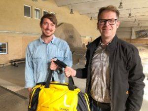 Zehn Jahre Heizhaus: Peter Krutsch, Sprecher der Leipziger Gruppe, überreicht Vereinschef Sven Bielig als Präsent eine gut gefüllte sporttasche.