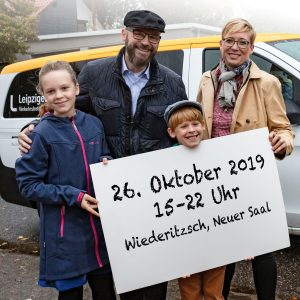 Familie Artmann vor dem Flexa Bus