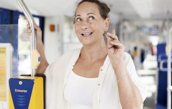 Achtung zugehört! Die Sprecherin in einer Straßenbahn
