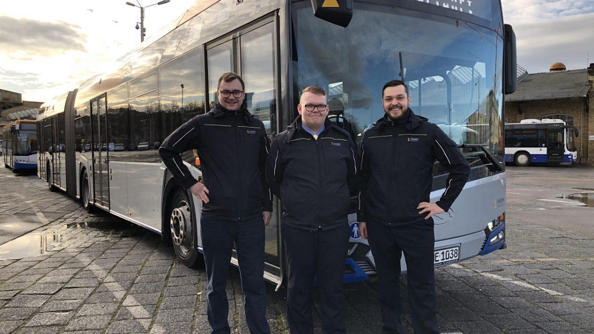 Jobs als Quereinsteiger bei den Verkehrsbetrieben: Die drei Busfahrer vor einem Fahrzeug in Lindenau