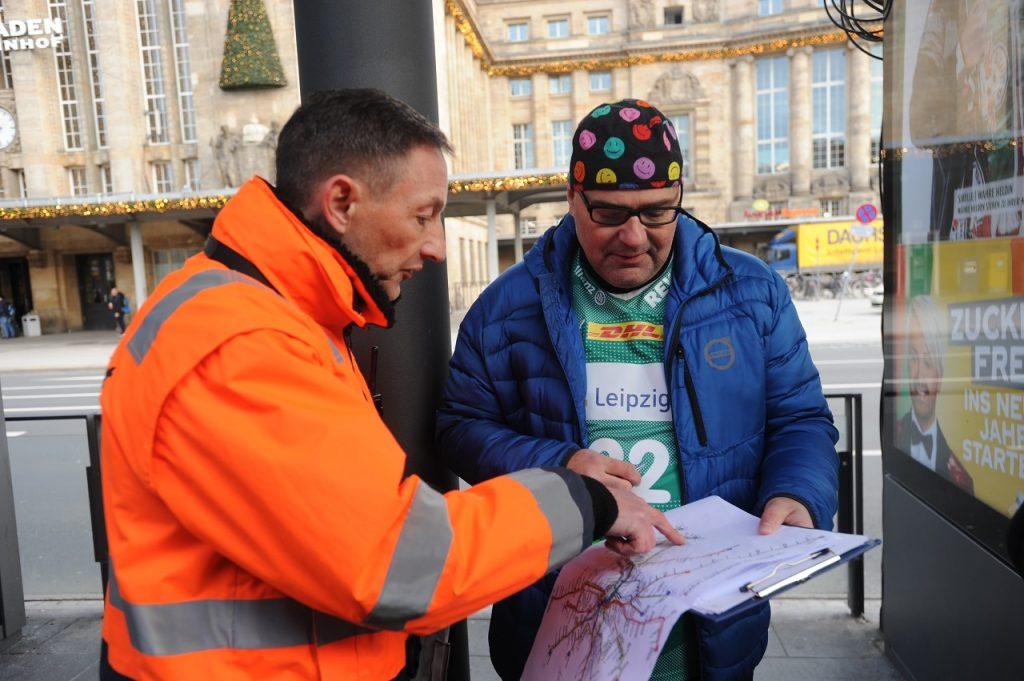 Andreas W. Dick schaut mit einem Verkehrsmeister auf den LVB-Netzplan