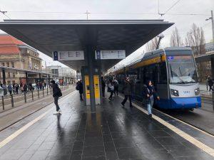 Doppelhaltestelle am Leipziger Hauptbahnhof mit Straßenbahn