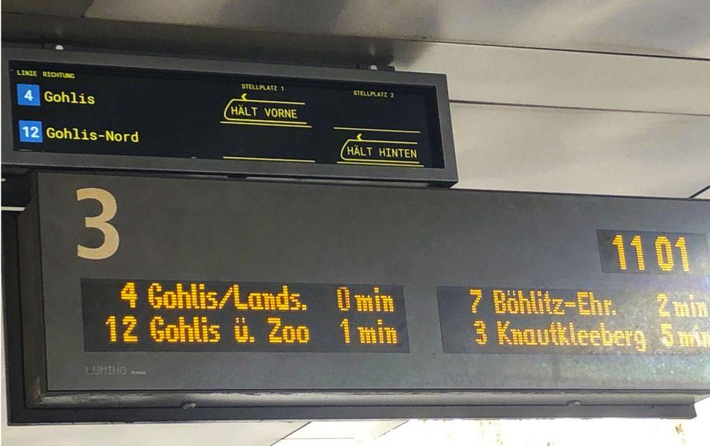 Anzeige an der Doppelhaltestelle am Leipziger Hauptbahnhof