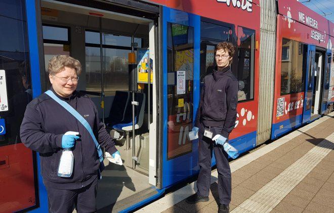 Wir halten Leipzig mobil: Zwei LVB-Kollegen vor einer Bahn