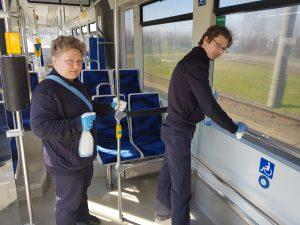 Wir halten Leipzig mobil: Zwei LVB-Kollegen beim Reinigen in einer Bahn