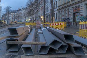 Baustelle Bornaische Straße: Masten liegen bereit