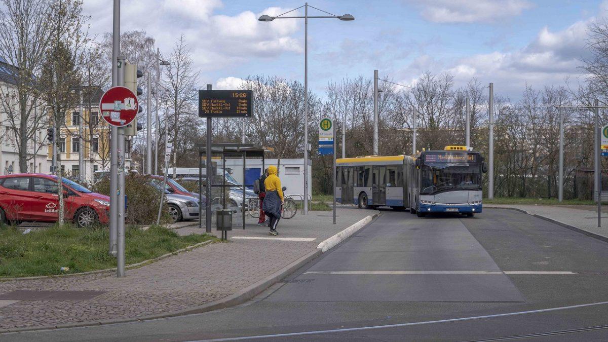 Baustelle Bornaische Straße: Der Schienenersatzverkehr an der Haltestelle