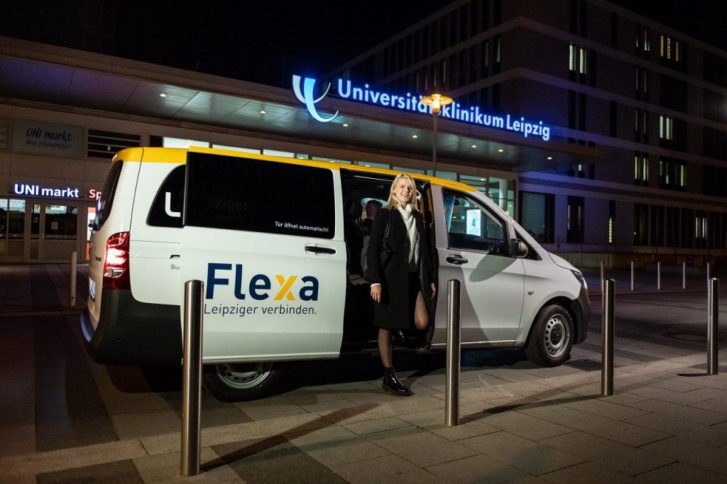 Flexa für Helden: Ein Flexa-Bus vor dem Universitätsklinikum