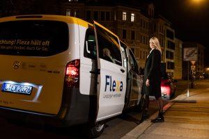 Flexa für Helden: Ein Fahrgast beim Einsteigen