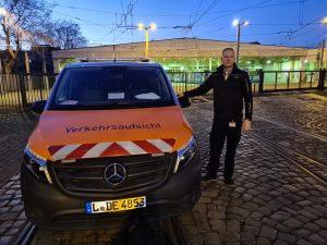 Wir halten Leipzig mobil: Der Verkehrsmeister neben einem Einsatzfahrzeug