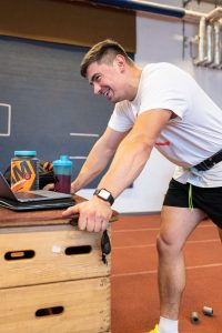 Der Sportler David Storl checkt am Laptop, welche Übungen sein Trainer für ihn eingeplant hat.