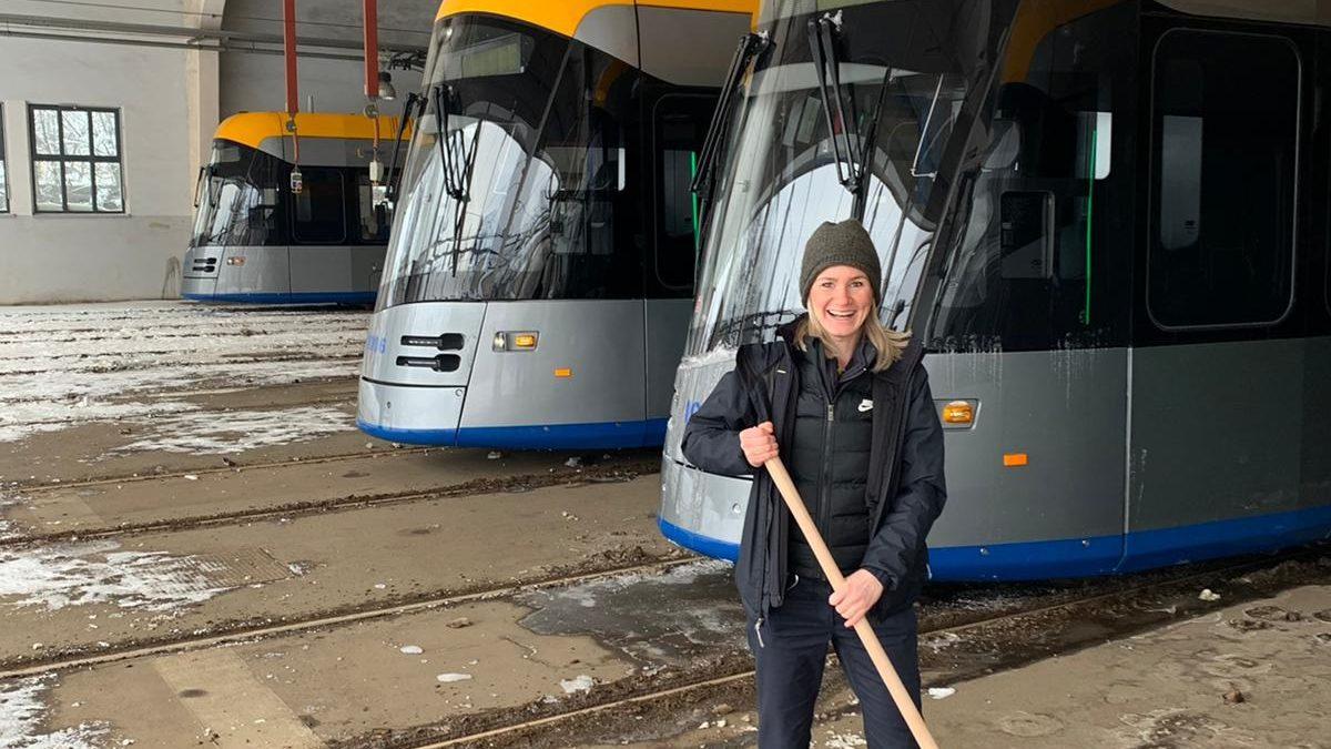 #gemeinsamschippenwirdas: Eine Mitarbeiterin vor zugeeisten Straßenbahnen